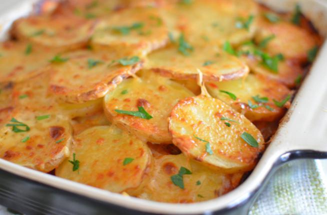 мясо по-французски в духовке с картошкой из свинины с помидорами и сыром рецепт